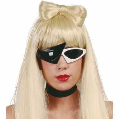 Bekende zangeres zonnebril zwart wit