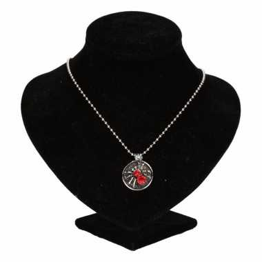 Zilveren ketting rode spin drukknoop carnavalskleding valkenswaard