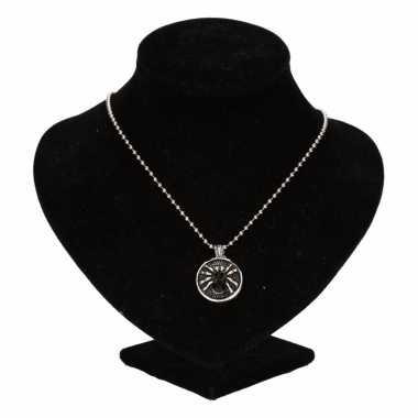 Zilveren ketting zwarte spin drukknoop carnavalskleding valkenswaard