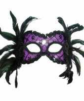 Paars masker zwarte veren