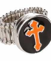 Zilveren ring oranje kruis drukknoop